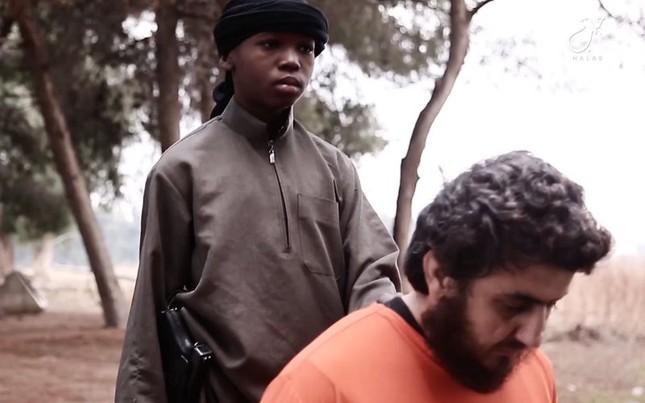 Rợn người 'đao phủ IS nhí' hành quyết con tin, đe dọa Mỹ - ảnh 2