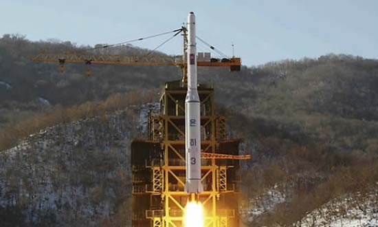 Triều Tiên phóng tên lửa tầm xa mang vệ tinh - ảnh 1