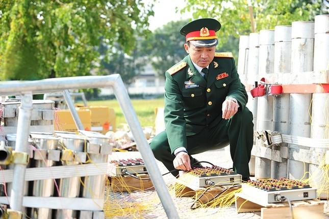 Trận địa pháo hoa lớn nhất đêm giao thừa ở Hà Nội - ảnh 9