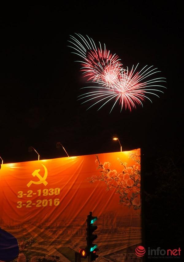 Pháo hoa tuyệt đẹp tại Hà Nội chào đón năm mới Bính Thân 2016 - ảnh 1