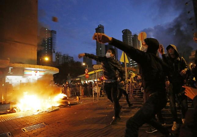 Hong Kong: Đụng độ giữa cảnh sát và người biểu tình - ảnh 1
