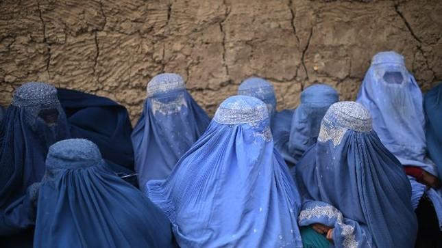 Khám trinh tiết phụ nữ, trẻ em ở Afghanistan gây phẫn nộ - ảnh 1