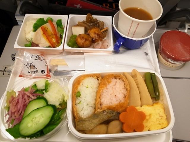 Sự khác biệt về các bữa ăn giữa các hãng máy bay trên thế giới - ảnh 1