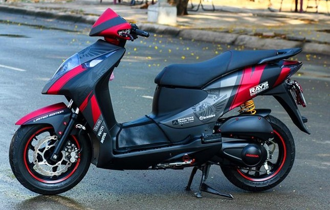 Honda Dylan 'chất chơi' với dàn áo sơn tem đấu thể thao - ảnh 1