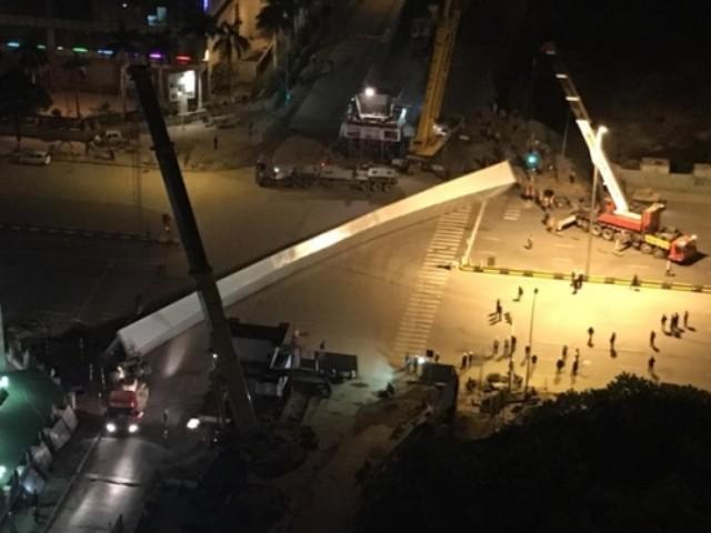 Hà Nội: Thanh thép khổng lồ bất ngờ rơi giữa đường - ảnh 1