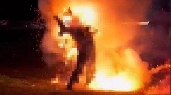 Hoảng hốt phát hiện người đàn ông cháy đen giữa lô cao su - ảnh 1