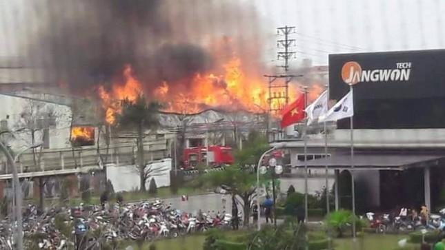 Kho hàng 4000m2 ở Bắc Ninh chìm trong biển lửa - ảnh 1