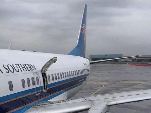 Mở cửa thoát hiểm máy bay để 'hít thở không khí trong lành' - ảnh 1