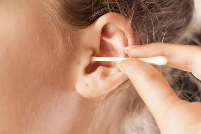 Nguy hại khôn lường từ thói quen lấy ráy tai sai cách - ảnh 1
