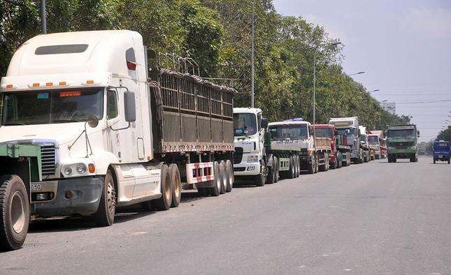 Chuyện lạ: Kẹt xe tải chờ nhận thép - ảnh 1