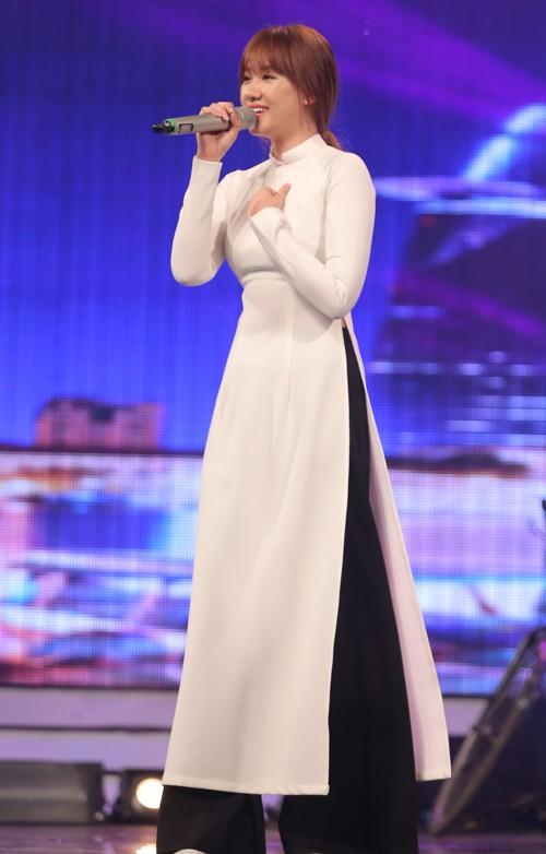Trấn Thành thích thú ngắm Hari Won diện áo dài trắng như nữ sinh - ảnh 2