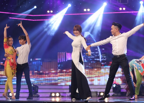 Trấn Thành thích thú ngắm Hari Won diện áo dài trắng như nữ sinh - ảnh 3