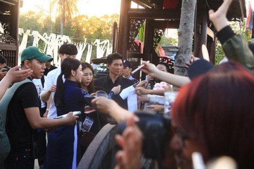 Fan Việt náo loạn vì nhóm T-ara diện áo dài thướt tha tại Sài Gòn - ảnh 9
