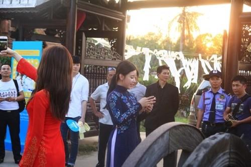 Fan Việt náo loạn vì nhóm T-ara diện áo dài thướt tha tại Sài Gòn - ảnh 6