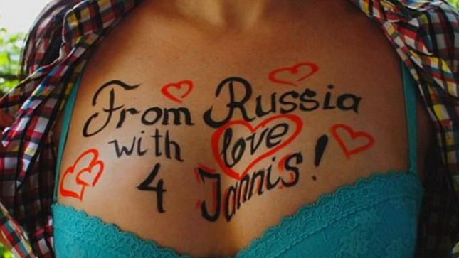 Người Nga phát sốt với dịch vụ nhắn tin trên… ngực phụ nữ - ảnh 1