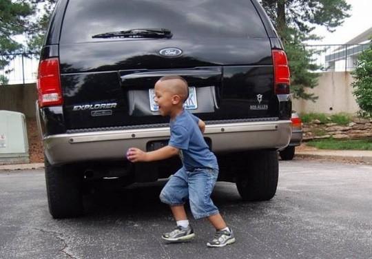 TP.HCM: Mẹ khóc thét khi cha lùi xe vô tình cán chết con trai  - ảnh 1