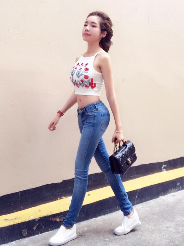 'Gái 2 con' Elly Trần diện áo crop top khoe 3 vòng bốc lửa - ảnh 4