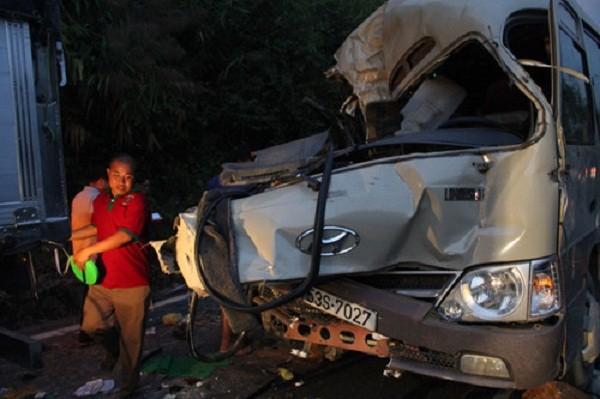Xe khách đâm xe tải trên đèo Bảo Lộc, 6 người thương vong - ảnh 1