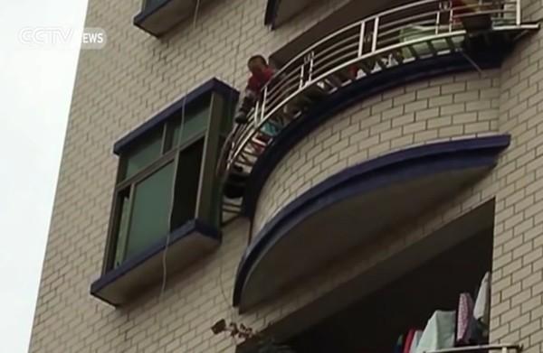 Thót tim khoảnh khắc 'hứng' em bé rơi từ tầng 5 [VIDEO] - ảnh 1