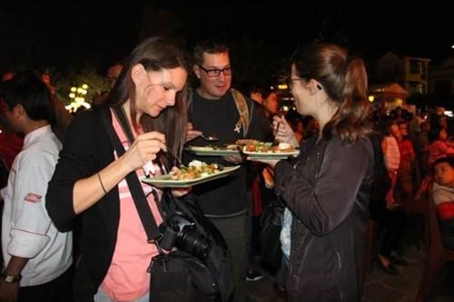 Hàng ngàn du khách đổ về Liên hoan ẩm thực quốc tế Hội An 2016 - ảnh 4