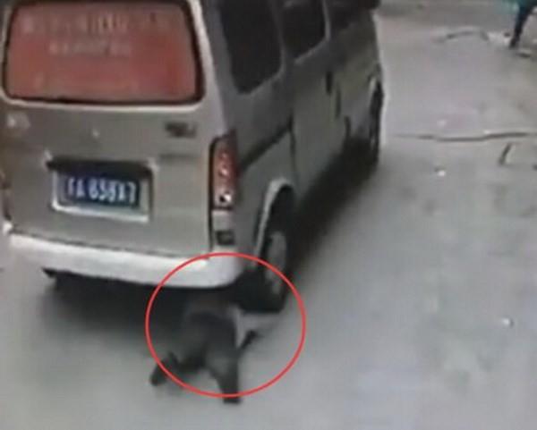 Bé trai đứng dậy đi tiếp sau khi bị ô tô cán qua người [VIDEO] - ảnh 1