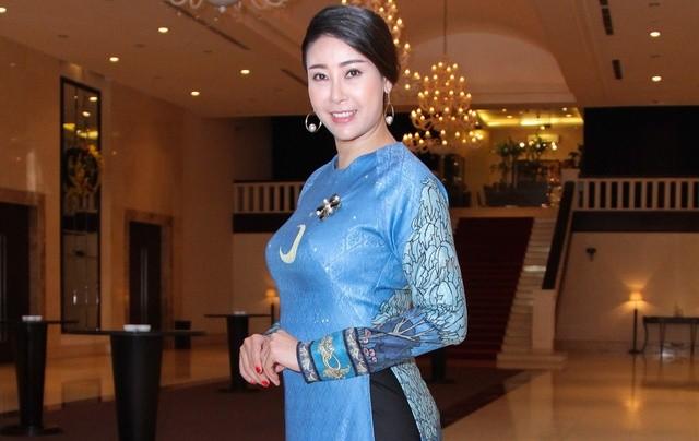 Hoa hậu 'danh gia vọng tộc' Hà Kiều Anh thướt tha với áo dài - ảnh 1
