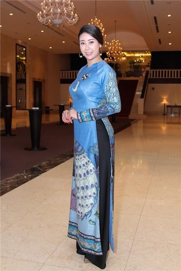 Hoa hậu 'danh gia vọng tộc' Hà Kiều Anh thướt tha với áo dài - ảnh 2