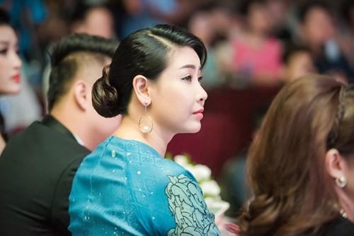 Hoa hậu 'danh gia vọng tộc' Hà Kiều Anh thướt tha với áo dài - ảnh 6