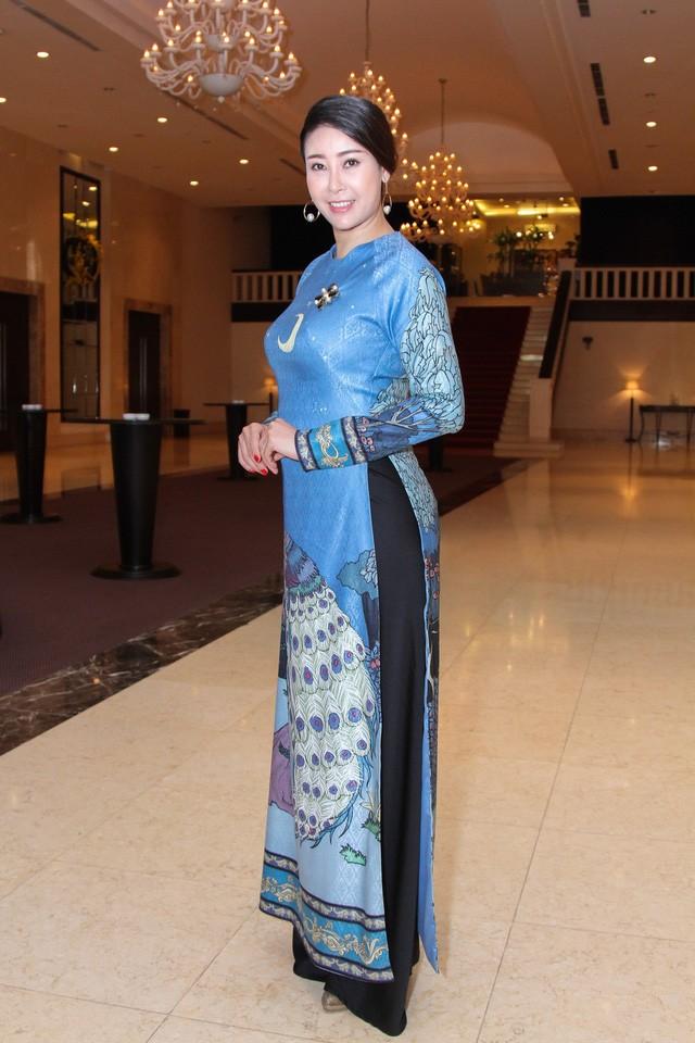 Hoa hậu 'danh gia vọng tộc' Hà Kiều Anh thướt tha với áo dài - ảnh 5