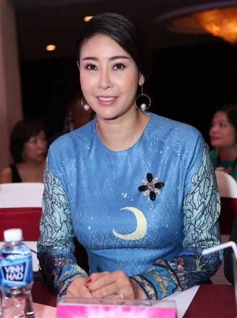 Hoa hậu 'danh gia vọng tộc' Hà Kiều Anh thướt tha với áo dài - ảnh 4