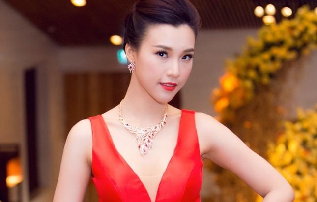 Á hậu Hoàng Oanh trễ nải vòng một, khoe khéo trang sức hàng hiệu - ảnh 1
