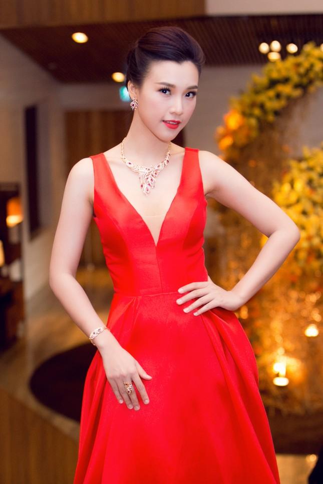 Á hậu Hoàng Oanh trễ nải vòng một, khoe khéo trang sức hàng hiệu - ảnh 3