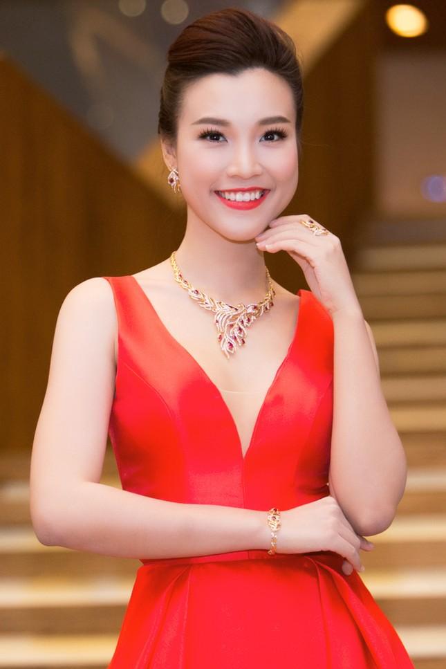 Á hậu Hoàng Oanh trễ nải vòng một, khoe khéo trang sức hàng hiệu - ảnh 4