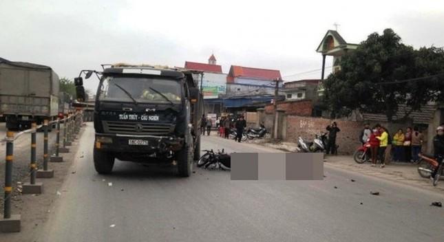 Hải Phòng: Va chạm với xe tải khiến 3 người trên xe máy tử vong  - ảnh 1