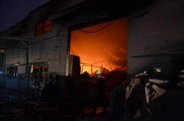 Cháy lớn ở xưởng may, huy động hàng trăm chiến sĩ PCCC dập lửa - ảnh 1