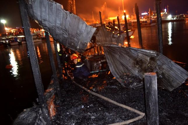 Náo loạn vì tàu du lịch cháy nổ lớn ở cảng Nha Trang - ảnh 1