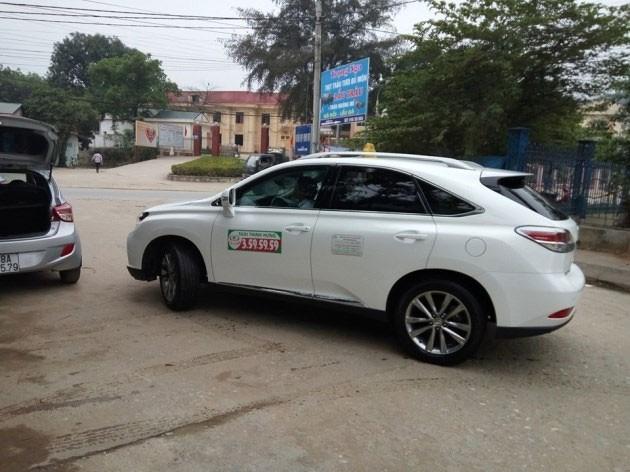 Xe sang Lexus 3 tỷ đồng chạy taxi ở Phú Thọ - ảnh 1