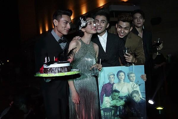 Ngô Thanh Vân sexy với váy tua rua, 'quậy tưng' tiệc sinh nhật - ảnh 2