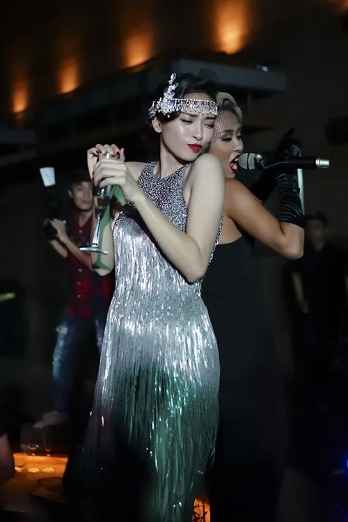 Ngô Thanh Vân sexy với váy tua rua, 'quậy tưng' tiệc sinh nhật - ảnh 4