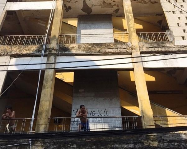 Bí thư Đinh La Thăng bất ngờ thị sát chung cư 'có thể sập' - ảnh 1