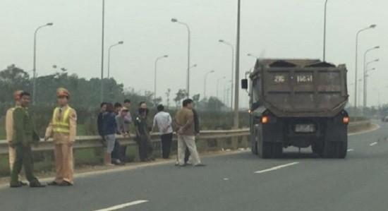 Hà Nội: Xe ben mất lái tông thẳng vào người CSGT - ảnh 1