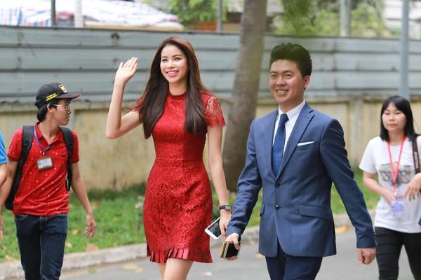 Phạm Hương đẹp rạng ngời giữa 'vòng vây' của sinh viên ở TP.HCM - ảnh 5