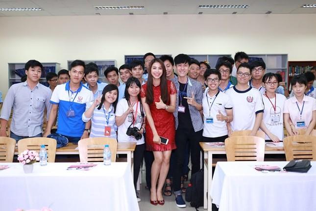 Phạm Hương đẹp rạng ngời giữa 'vòng vây' của sinh viên ở TP.HCM - ảnh 6