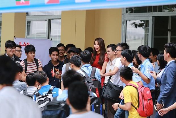 Phạm Hương đẹp rạng ngời giữa 'vòng vây' của sinh viên ở TP.HCM - ảnh 7