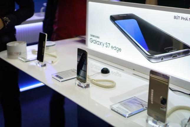 Hà Nội: Người mua Galaxy S7 không ngại bỏ thử máy vào nước - ảnh 1