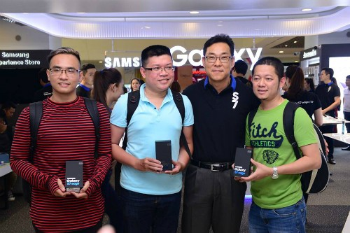 Hà Nội: Người mua Galaxy S7 không ngại bỏ thử máy vào nước - ảnh 2