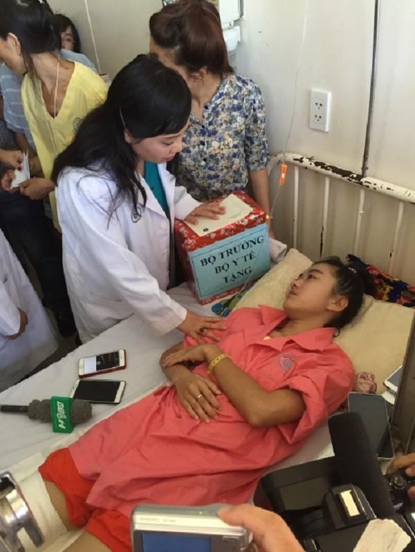 Bộ trưởng Y tế mong muốn nữ sinh bị cưa chân sẽ học ngành y - ảnh 1