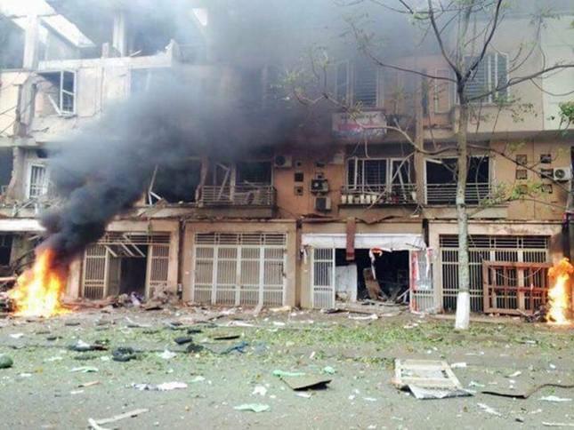 Vụ nổ ở Văn Phú - Hà Đông: Mặt đất rung chuyển, nhà cửa tan hoang - ảnh 1