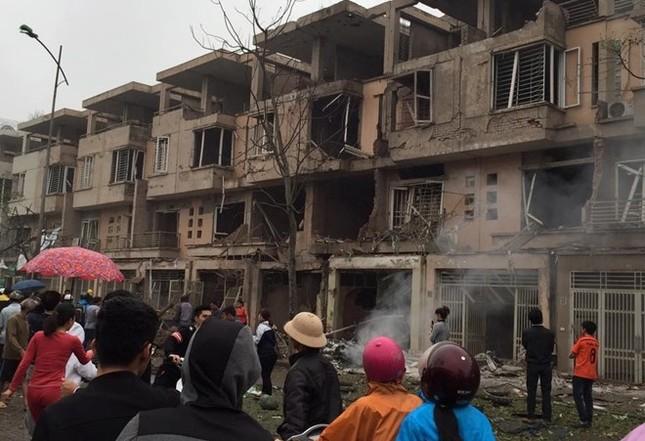 Vụ nổ ở Văn Phú - Hà Đông: Mặt đất rung chuyển, nhà cửa tan hoang - ảnh 4
