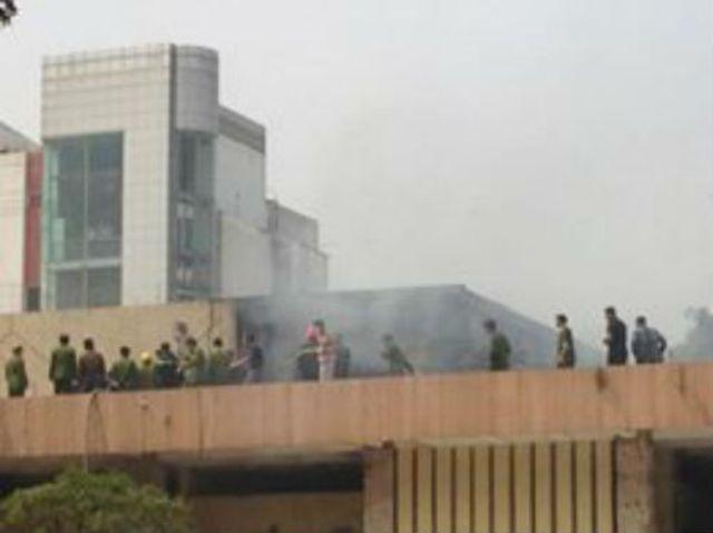 Cháy lớn ở Cung Thiếu nhi Hà Nội, huy động 4 xe cứu hỏa - ảnh 1